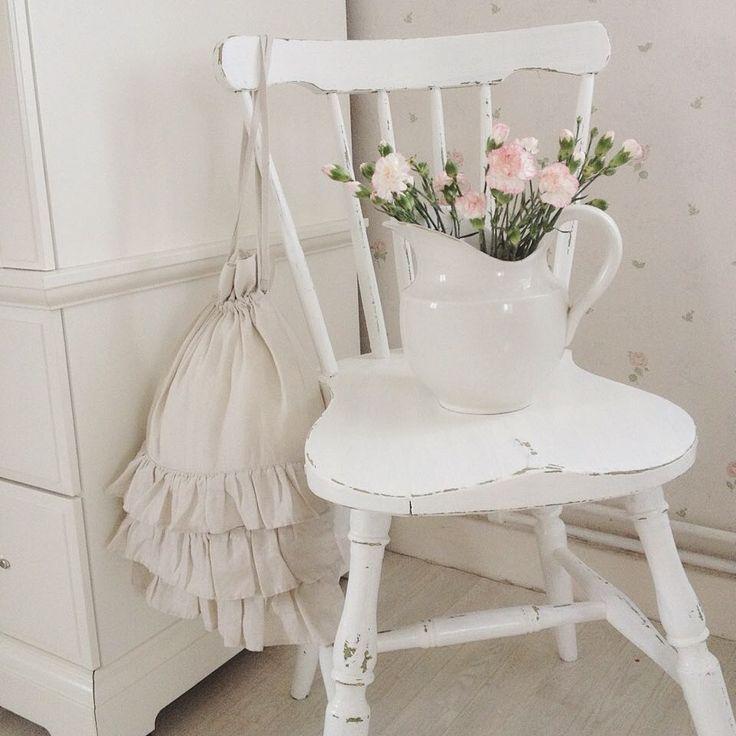 ❥ sitter i soffan & filosoferar lite om renoveringen av sovrummet så småningom. tror det blir en romantisk blomtapet & ljust trägolv, vitt eller trärent, som i vårt förra hus!  i grund & botten är jag en vit & rosa tjej, blommig & romantisk, så man ska nog hålla sig till det! #sovrum #vitt #rosa #rosor #romantiskt #bondromantik #torpet