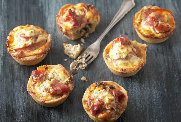 Pienet sieni-kinkkupiiraat ✦ Pienet piiraset kätkevät sisäänsä sientä, sipulia sekä kinkkua ja ne maistuvat pikkusuolaisena. http://www.valio.fi/reseptit/pienet-sieni-kinkkupiiraat/