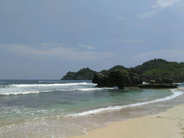 Menikmati Indahnya Pasir Putih di Pantai Selok Kabupaten Malang