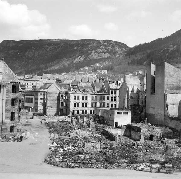 [Bradbenken etter eksplosjonsulykken 1944] fra marcus.uib.no