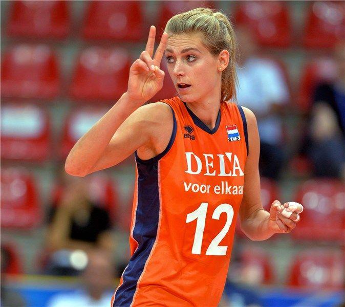 Manon Flier, l'opposto dell'Olanda indica lo schema di gioco alle compagne.