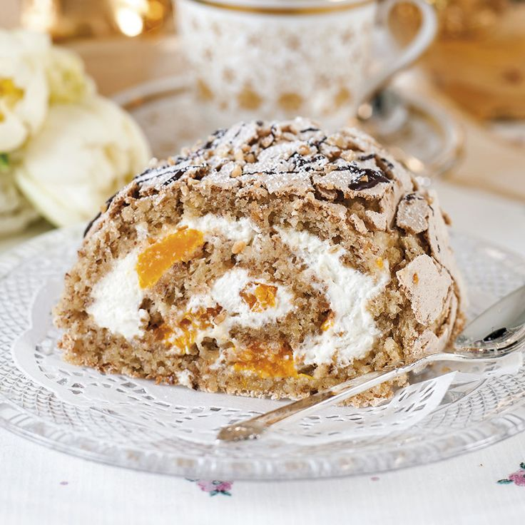 En budapestbakelse består av nötig maräng i kombination med grädde och mandarinklyftor.