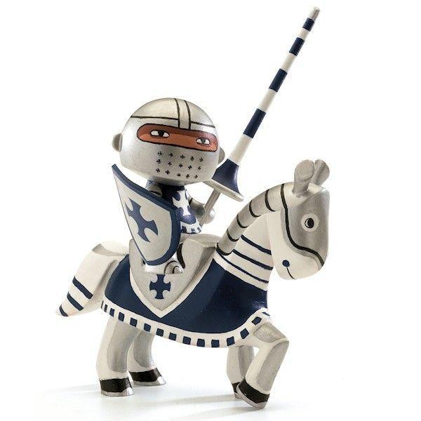 Arty toys – pohyblivé, maľované akčné figúrky na zbieranie. V troch   sadách: super hrdinovia, piráti a rytieri. Hračky Arty toys od Djeco   boli navrhnuté súčasnými dizajnérmi a ilustrátormi.