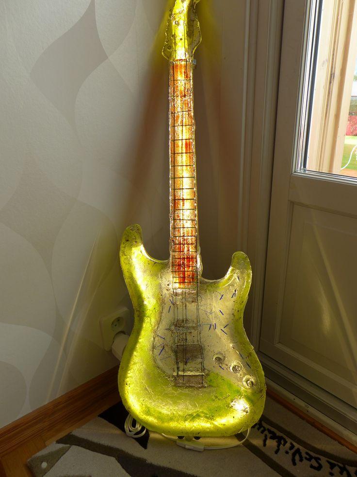 """Sweden Crystal Design - Gitarr """"Green Life"""" unikat: Det mest exklusiva inom konstglas en gitarr med höjd på 1 m. Dessa görs i endast 1 exemplar och vilken typ av färgkombinationer diskuteras med kunden innan framtagningen."""