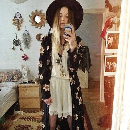 looks like Zoe from American Horror Story (Coven).