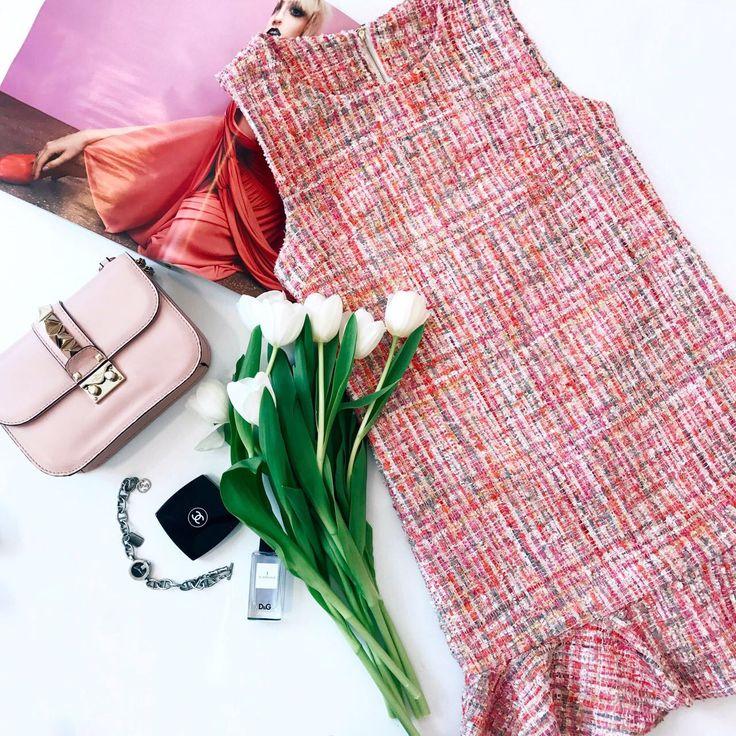 Розовое твидовое платье