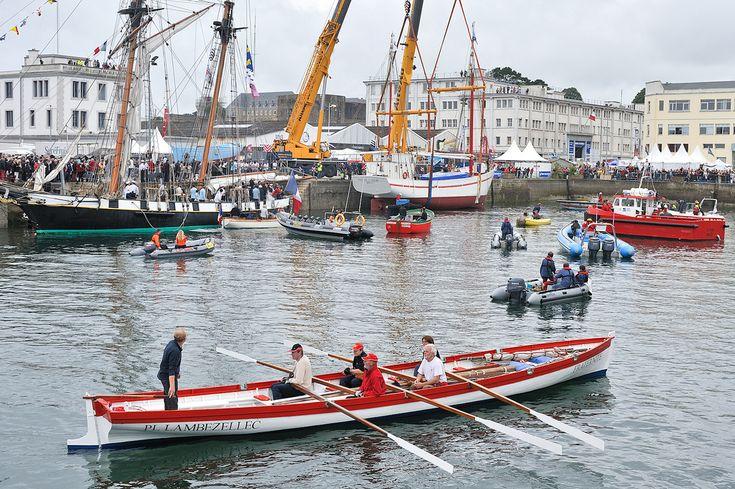 """Bantry gig """"Fraternité""""    mise à l'eau de la """"Fée de l'Aulne""""   Lors des fêtes maritimes de Brest . ça y est , elle à touché l'eau !  """"Fraternité"""" est la première Yole de Bantry construite en Europe,Fraternité, qui a été lancée à l'initiative du club d'aviron de Bohars Karenn (aviron en breton) en juillet 1986 lors des premières Fêtes maritimes de Douarnenez 1, est la plus ancienne yole de Bantry de France."""