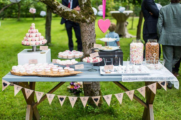 Outdoor wedding, decorated table, macarons, bruiloft, buiten