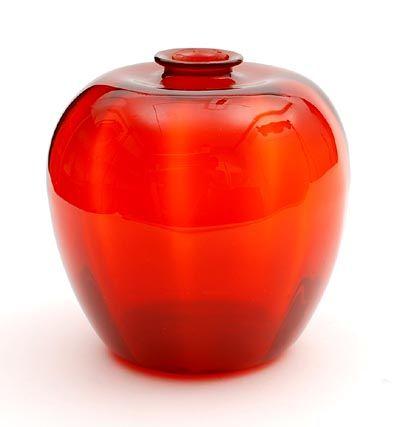 Rood glazen Serica vaas met verticaal optiek ontwerp A.D.Copier 1926 uitvoering Glasfabriek Leerdam