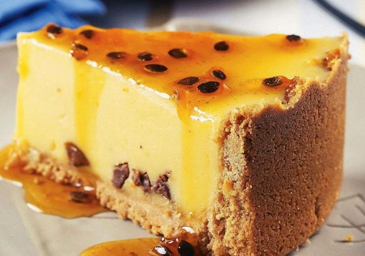 Super fácil de fazer. A base é a tradicional massa de biscoito maisena com manteiga. E quanto ao recheio é só bater tudo no liquidificador e levar ao forno