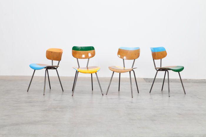 """""""Ray, Charles, Emma & Peal"""", bewerkt door Markus Friedrich Staab in 2015.  Midden van de eeuw stoelen in Eames stijl, Duits, waarschijnlijk prototypes, meerkleurig beschilderd, multi gelakt met zeer glanzend 2 k lak spray. Gelaagde houten, stalen buis. Hoogte zitting: 46 cm, stoel gebied: 40 x 42 cm, hoogte stoel: 72 cm"""