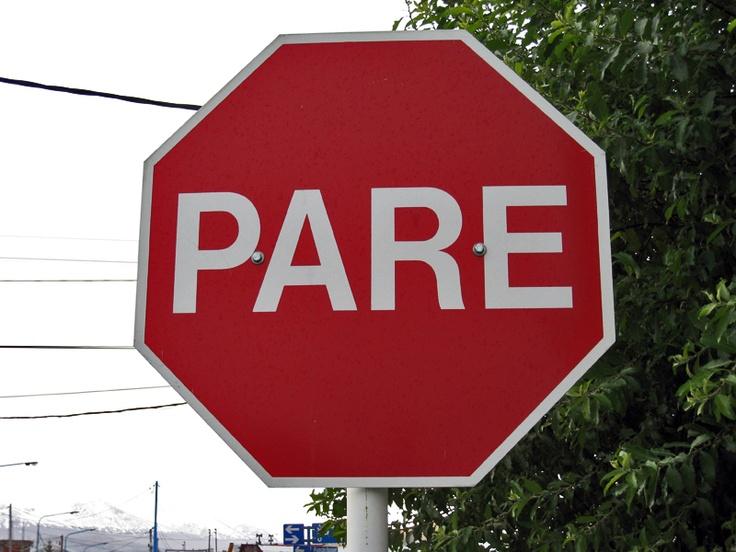 """En América del Sur, los países de habla castellana ponen en sus señales de stop """"PARE"""". He aquí una gran señal de """"PARE"""" vista en un cruce de calles de Ushuaia (Argentina)."""