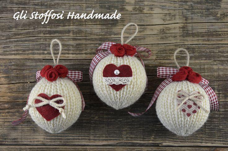 Palline di Natale realizzate a mano, fatte a maglia, rifinite con roselline e cuoricini handmade in pannolenci. Puoi trovarle anche nelmioshop su alittleMarket.it