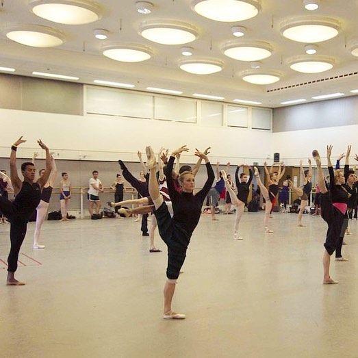 Throwback to a few years ago taking class on tour in the Royal Ballet's rehearsal studios 📷 @erniegalan #travel #beautifulplaces #london  #tbt #ballerina #ballet #adagio #bostonballet #ashleyellis
