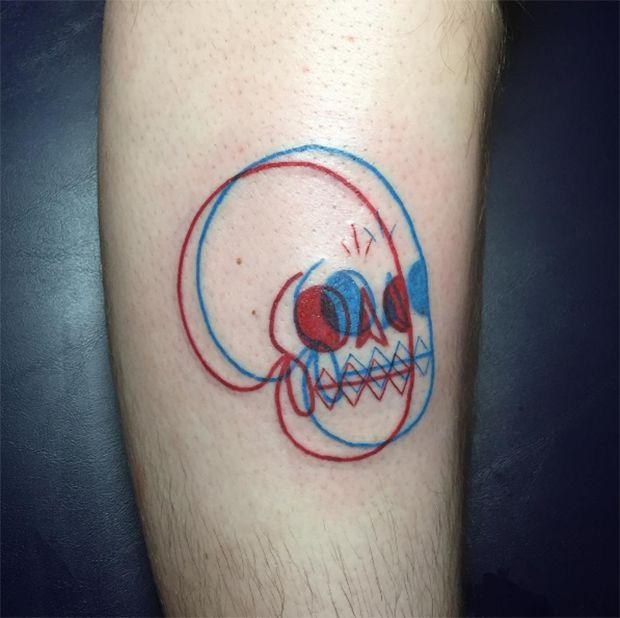 O tatuador americano Winston the Whale cria tatuagens em 3D com desenhos simples e linhas lúdicas, ao potencialmente sobrepor tinta vermelha com a azul.