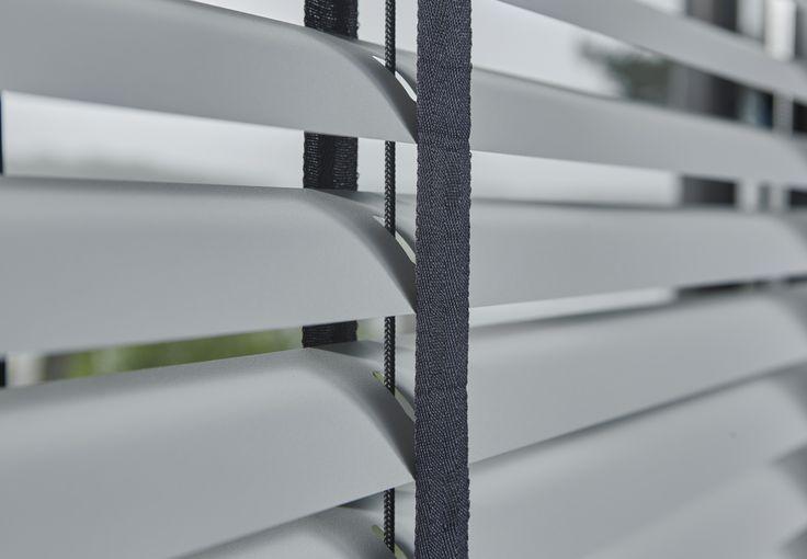 Aluminium jaloezieën van byTzum. Tip: kies voor een contrasterende kleur ladderband.