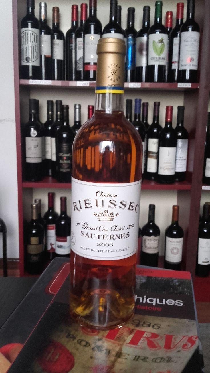 Chateau Rieussec Grand Cru 2006 Fantastično vino zlatno žute boje. Izuzetno čistog i kompleksnog ukusa sa aromom belog voća, meda i citrusa. Vino je direktno stiglo iz podruma proizvođača i poseduje kompletnu dokumentaciju o poreklu. Za sve ostale informacije u vezi vina pozovite 011/7113938 ili 063/238322 ili dođite u našu vinoteku.