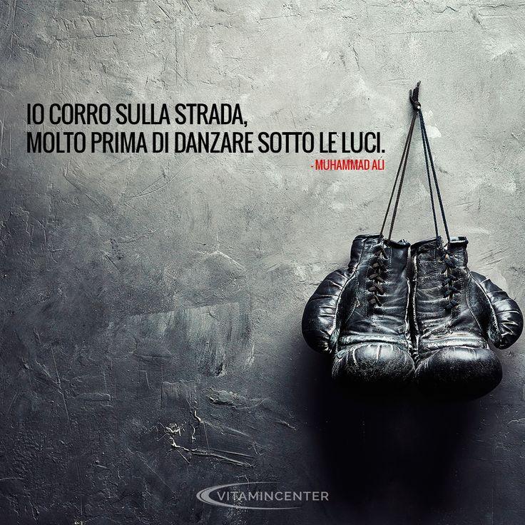 """Io corro sulla strada, molto prima di danzare sotto le luci. """"Muhammad Ali"""" #Boxe #sport #guantoni #forza #motavation #workout #miketyson #training #men #boxing #ironman #iron #beginner #fitness #routine #boxers #health #pugile #pugilato #floydmayweather #jackjohanson #georgeforeman #rings #champs"""