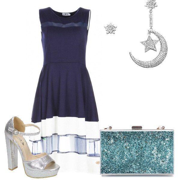 Splendido abito blu scuro al ginocchio, con gonna svasata e inserti trasparenti. Ho abbinato sandali argento, con plateau e tacco a blocco, clutch con glitter turchese e orecchini in argento con luna e stella. Romantica e trendy per un'occasione speciale.