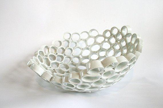 Witte keramische fruitschaal, eigentijds design, Particle serie. Handgemaakte, one-of-a-kind home decor.