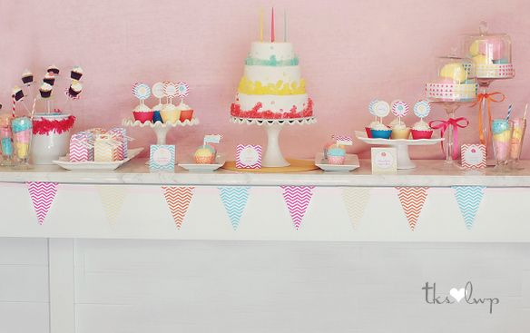 Cute cakes and cupcakes display. Love-love.