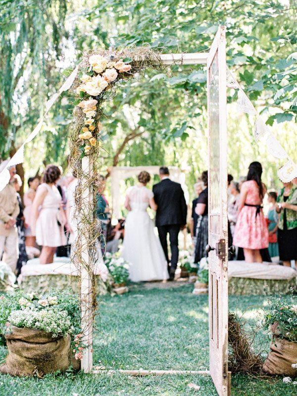 Pourquoi ne pas matérialiser l'entrée du lieu de votre cérémonie de mariage avec une vraie porte vintage, fleurie ou redécorée comme bon vous semble ?