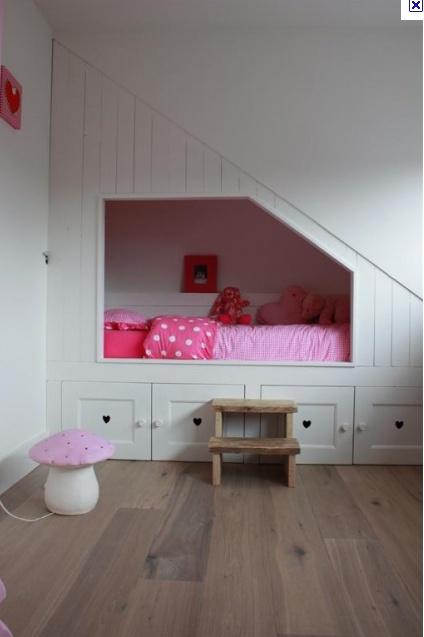 Bedstede wit onder trap. Ook zo'n bedstee kan muramura.nl voor je maken!