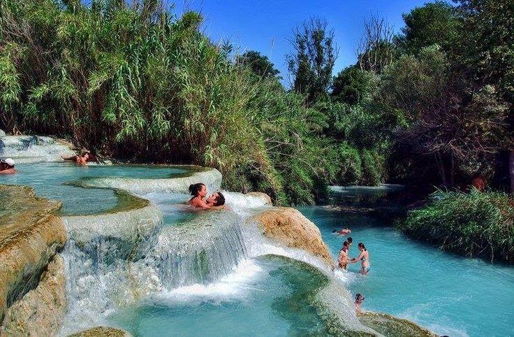 Οι εντυπωσιακές «γαλάζιες» λίμνες της Τοσκάνης! Οι εντυπωσιακές ιαματικές πηγές όπου χαλάρωναν οι Ρωμαίοι