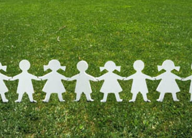 Fences Cut trasforma un angolo di giardino in un piccolo e curioso gioco utile per i grandi e divertente per i bambini. È una staccionata da utilizzare per delimitare spazi di gioco per bambini e creare barriere di confine, come appoggia-abiti e accessori del bimbo stesso, come recinzioni per vialetti pedonali etc. Ma anche per delimitare in maniera giocosa delle piante nel proprio giardino. Fencer Cut rimanda al girotondo di bambini e bambine ritagliato nella carta con la tecnica del…