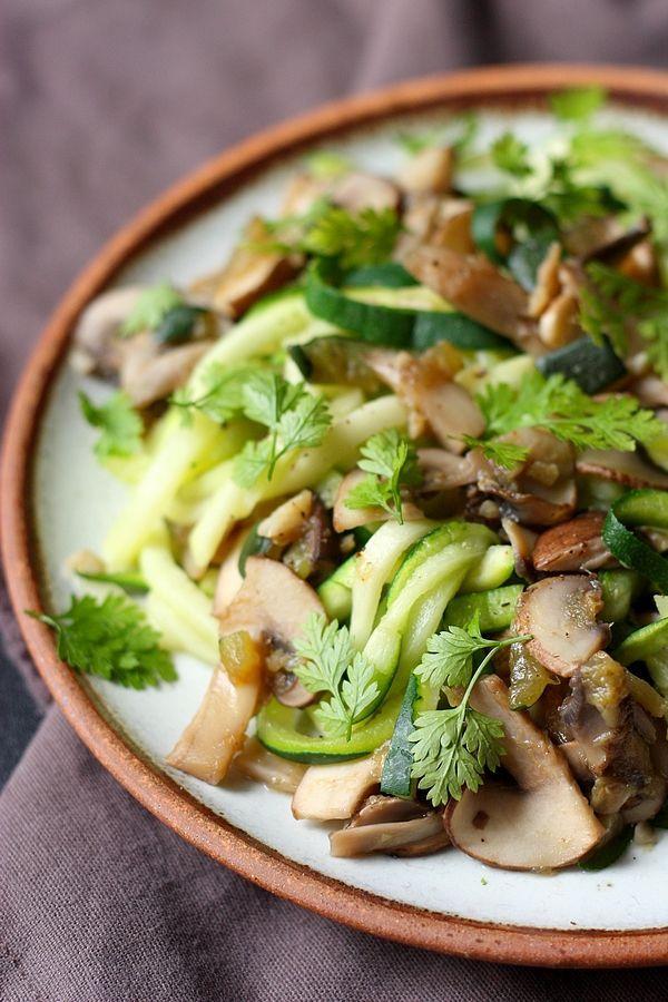 Optez pour les spaghetti de courgettes pour changer des pâtes classiques, avec cette recette de spaghetti de courgettes sautés aux champignons !