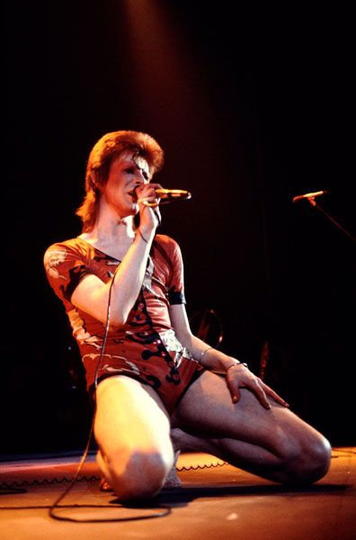 Pupila direita de Bowie é permanentemente dilatada - um resultado de seu amigo George Underwood perfurando-o nos olhos enquanto o par ainda estavam na escola, em uma luta sobre uma menina.