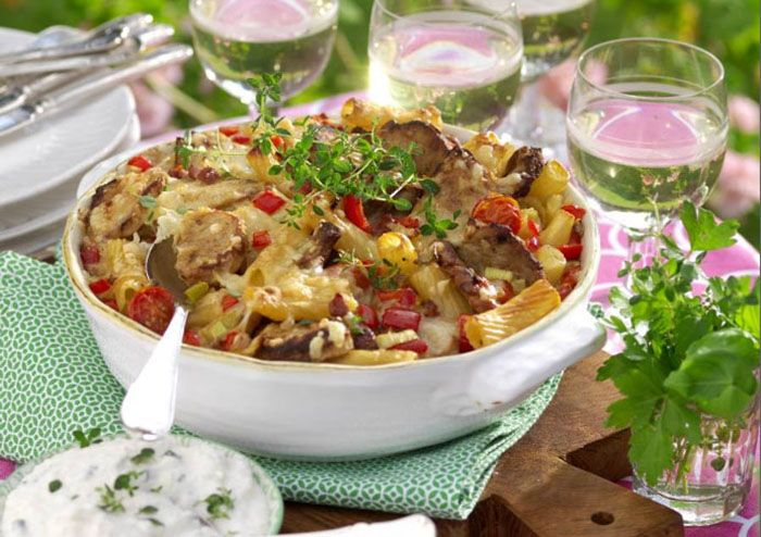 Fläskfilé och bacon är en god smakkombination, här tillsammans med pasta och en lyxig gratängsås med vitt vin.