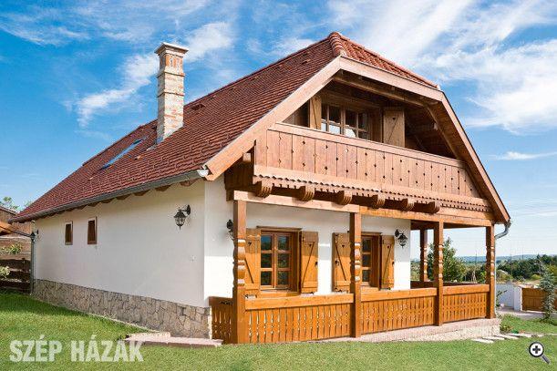 Ami igazán különlegessé teszi ezt a házat, az a gerendavégekre támaszkodó, fűrészelt ornamentikával díszített, reneszánsz népi stílusú faoromzat.