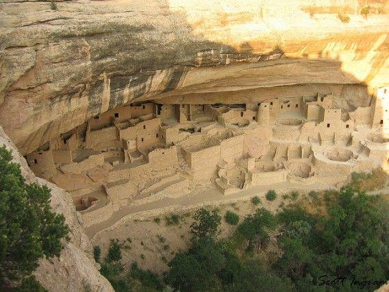 メサ・ヴェルデはコロラド州南西部に位置し、断崖に造られた古代アナサジ族の住居が集まっていることで有名となった。12世紀、アナサジ族は奥行きの浅い洞窟の中や、その峡谷の壁に沿って張り出している岩の下に住居を造り始めた。中には150もの部屋を有する住居もあった。1300年には彼ら全員...
