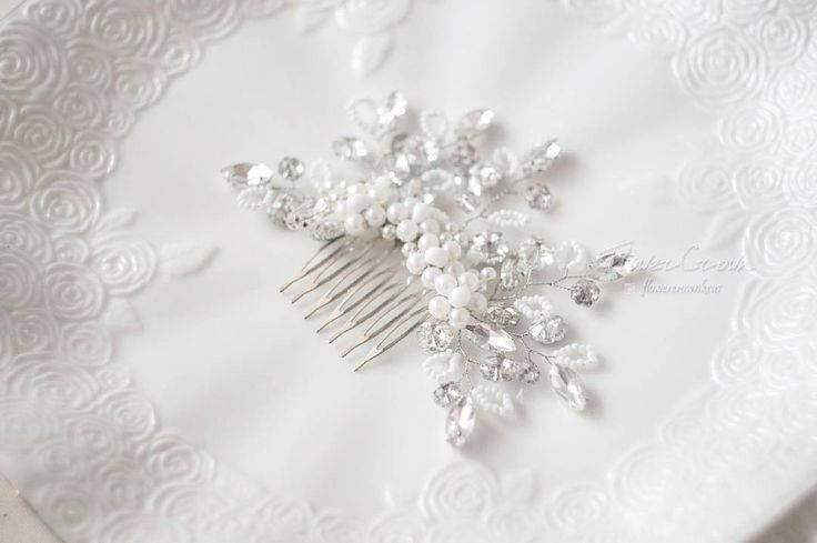 На фото весенний гребень с кристаллами и бисером Тохо в белом цвете. Аккуратный и нежный, с весенними  кристаллами - цветочками подойдет как для низкого так и для высокого пучка. В наличии только один, приходите на примерку!:)  ---------------------  Пишите 👉🏻 в Viber, Whatsapp 📲 8-913-193-60-5...