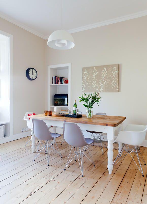 Stuhl-Klassiker kombiniert mit angestrichenem Holztisch