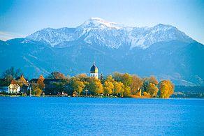 Fraueninsel im #Chiemsee: im Herbst wunderschöne Laubverfärbungen und glitzernde Berggipfel im Schnee!#Bavaria #Bayern