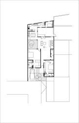 Tọa lạc trong một khu dân cư ở Bintaro, ngôi nhà trông khác biệt với những ngôi nhà lân cận có mặt tiền đường tương tự. Được xây dựng với diện tích 200 m2, ngôi nhà với đặc điểm thú vị là lô đất ti…