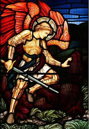 San Miguel Arcángel en batalla con la bestia, ubicado en St Martin's Church, Brampton, Cumbria, Reino Unido.