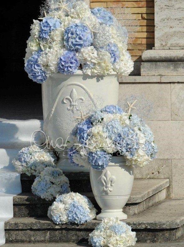 Nuvole di ortensie bianche e azzurro polvere attendono l'arrivo della sposa.