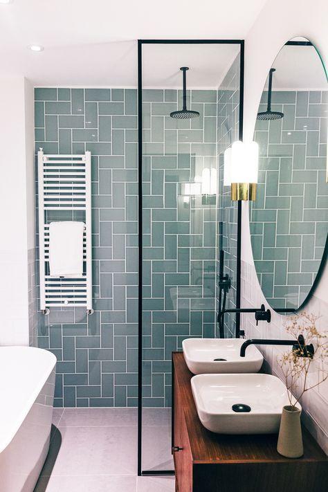 Une crédence graphique et colorée pour une salle de bain lumineuse ...