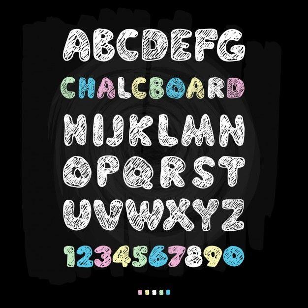 Krijtbord lettertype hand trekt alfabet Vector illustratie op zwarte achtergrond textuur Gratis Vector