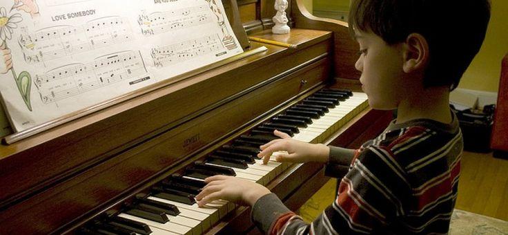 Tocar un instrumento controla las emociones y disminuye la ansiedad de los niños