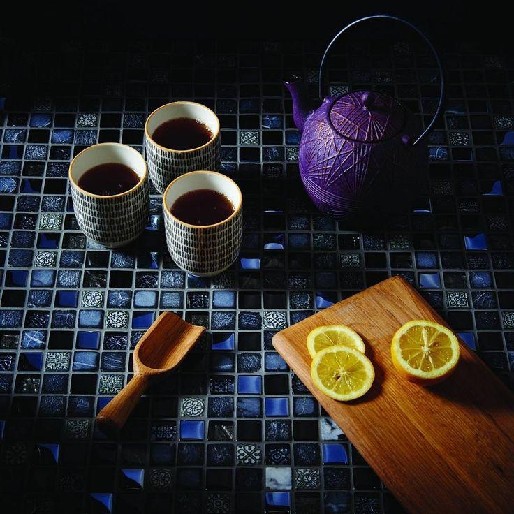 God kveld i stuen! Vi koser oss med en kopp te (eller tre 😉) og nyter de utrolig flotte mønstrene på mosaikkflisene fra Original Style 🌟🌟🌟…