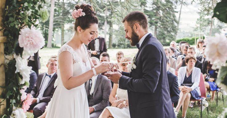 Mariage de Laura en Juin 2016. Elle a choisi de créer sa robe de mariée en mousseline très fluide et un haut très structuré en dentelle de Calais.