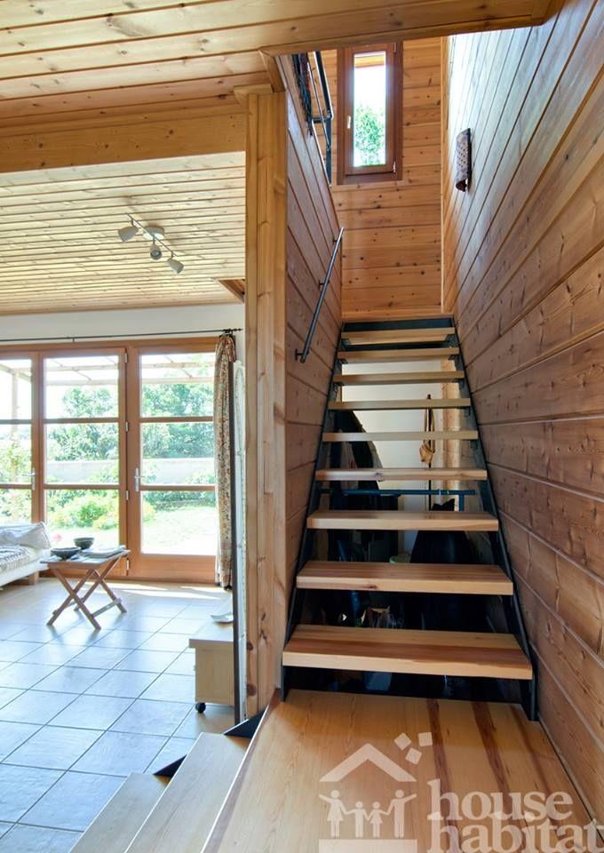 escalera en la casa de madera Kuusamo Log Houses en Rupià (Barceona) obra de House Habitat
