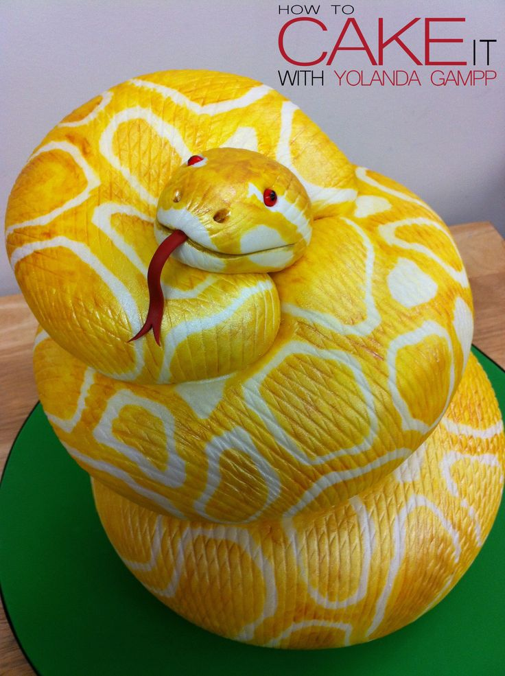 A slithering snake, all made out of cake. Where nature meets dessert! Made by Yolanda Gampp. #fondant #cakedesign #noveltycake