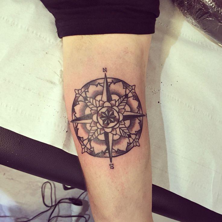 99 best images about compass sur pinterest tatouage de boussole tatouages de fl ches et rose - Tatouage rose des vents ...