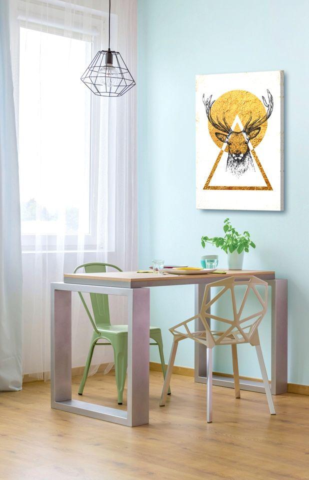 Jaki obraz do niebieskich ścian? Plakat w stylu skandynawskim ze złotym jeleniem na białym tle na pewno się sprawdzi w każdym takim salonie!