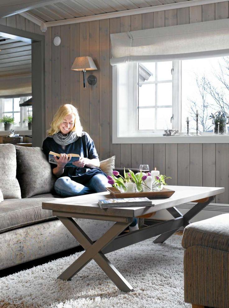 ÅPNET OPP: Hytteeier Inger Marit S. Folland er fornøyd med at alle vinduene er byttet ut for å åpne opp for den flotte utsikten.